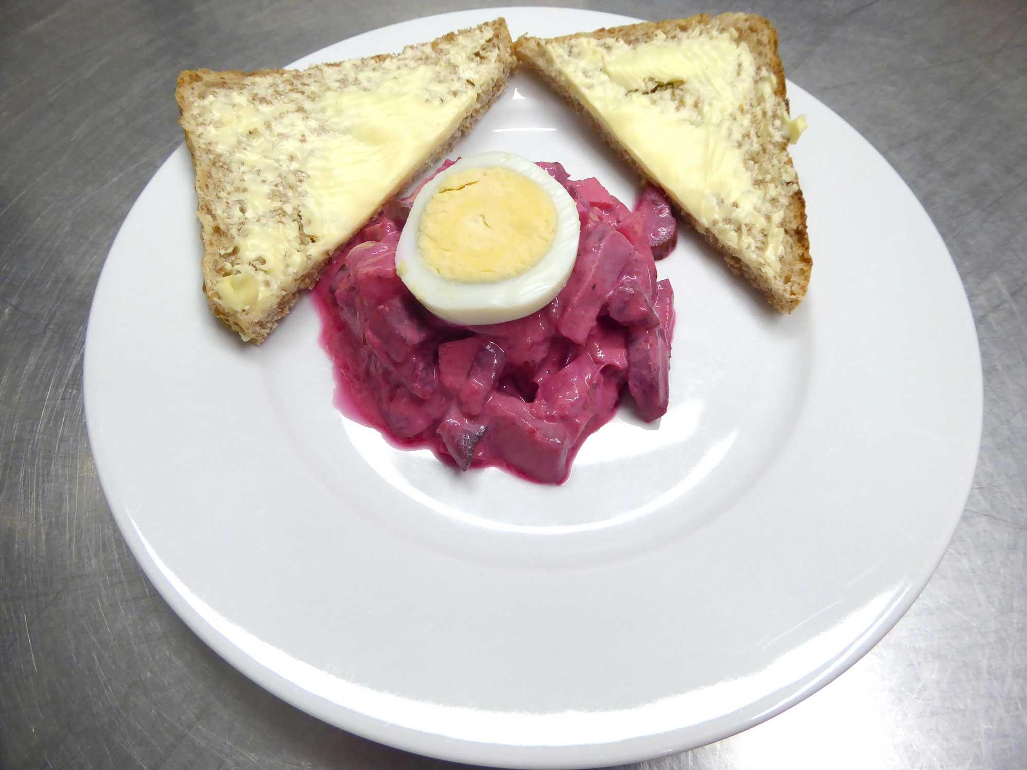 Ei mit Salat und Butterbrot