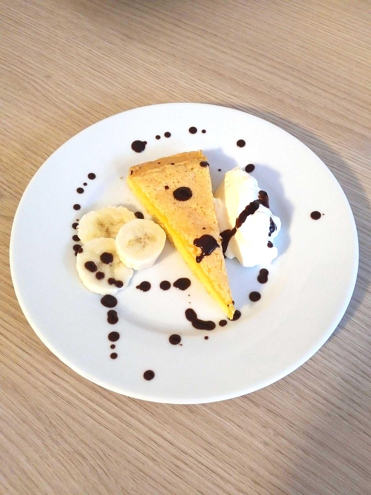 Eis mit Kuchen und Banane