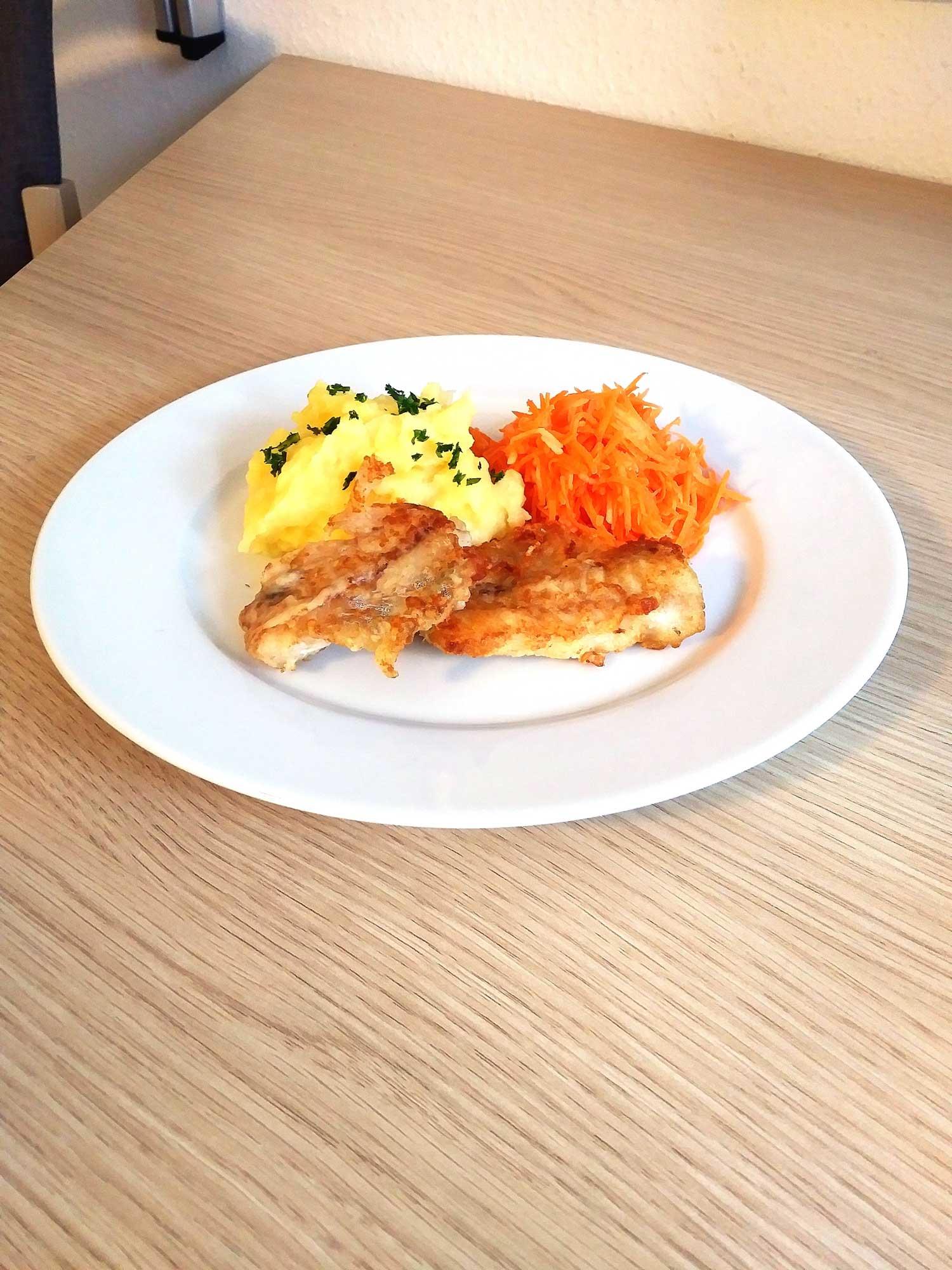 Fisch mit Kartoffelbrei und Möhre