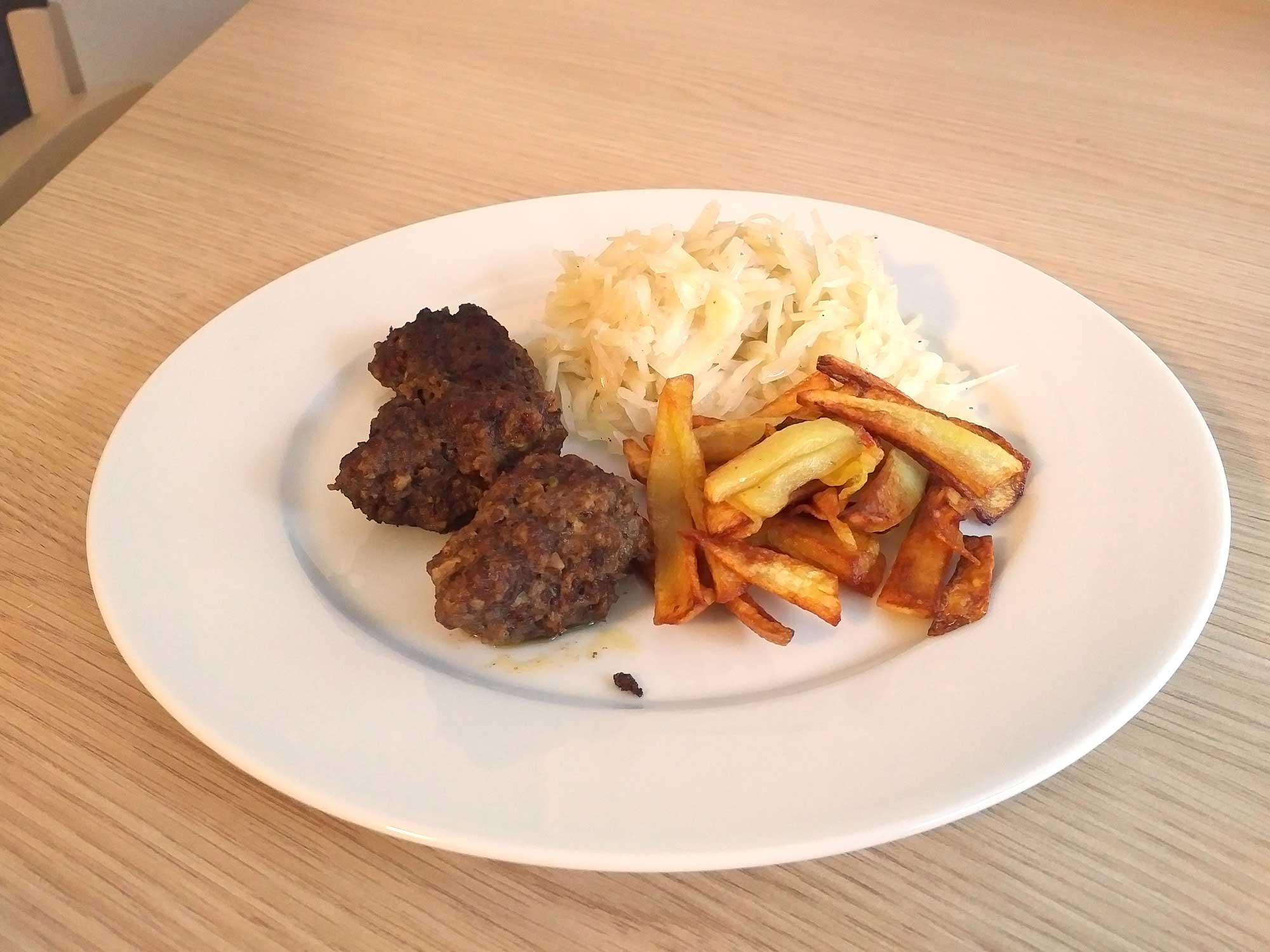Fleisch mit Pommes und Krautsalat