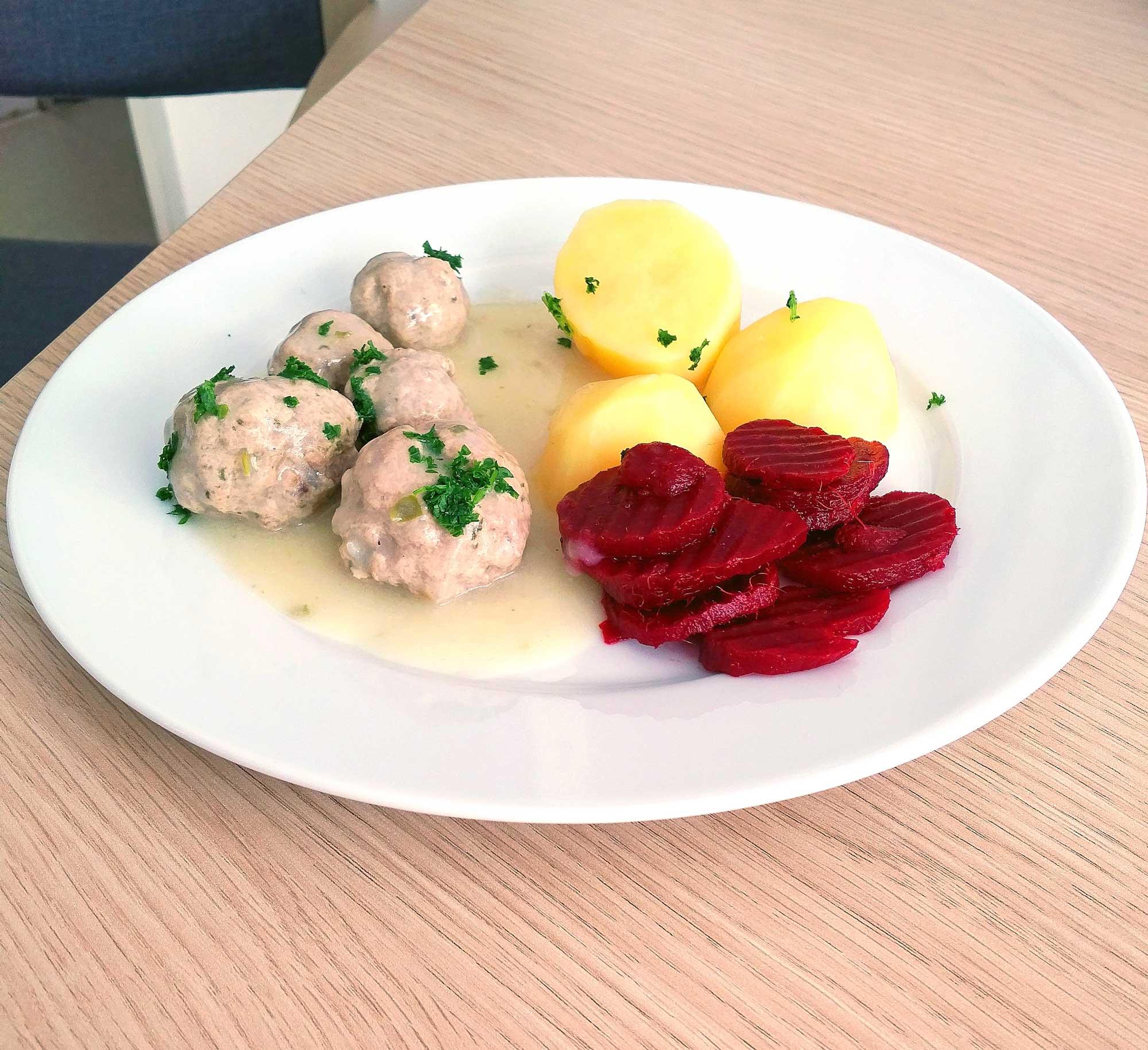 Fleischklöschen mit Kartoffeln und Rotkohl