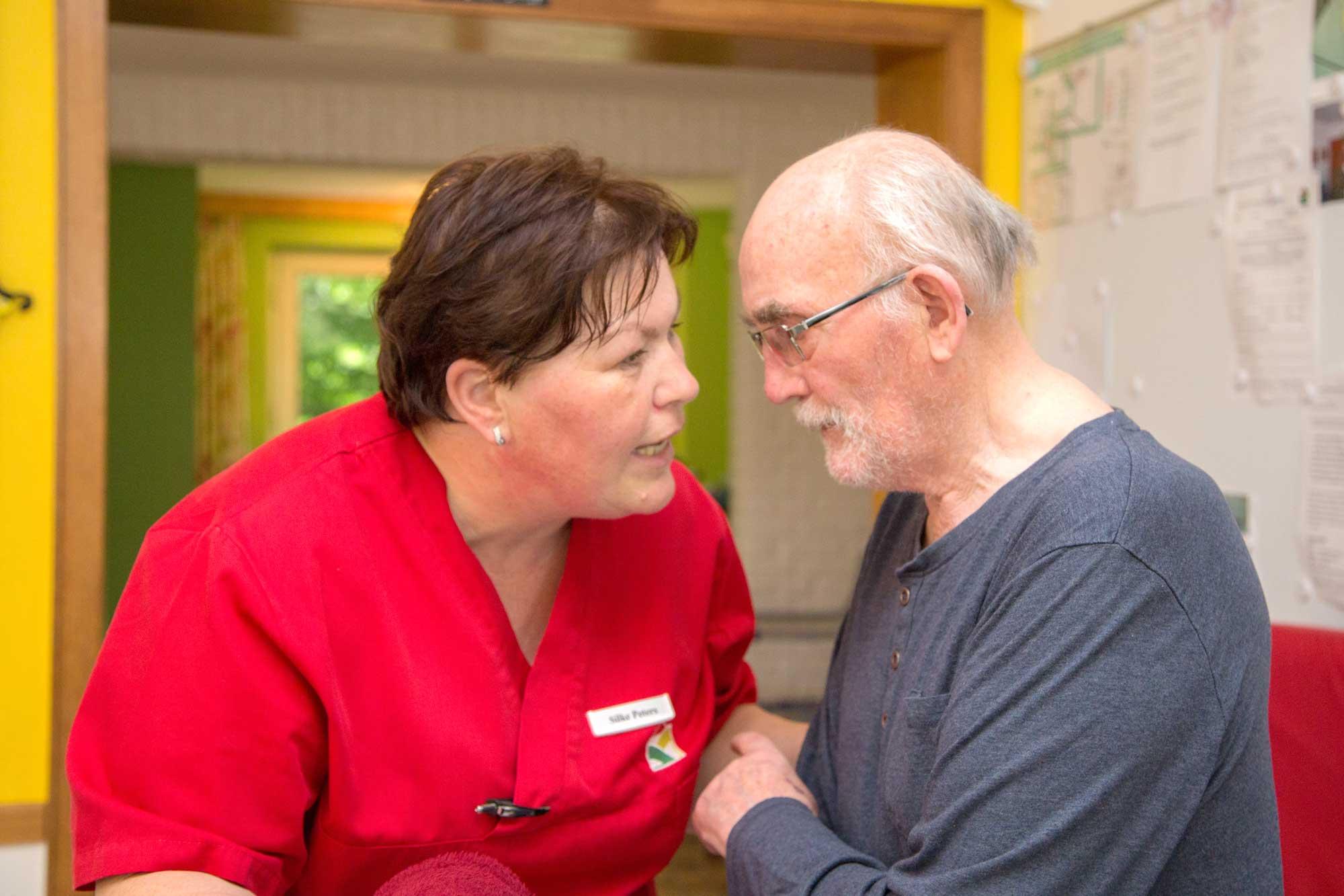Gespräch zwischen Bewohner und Pflegerin