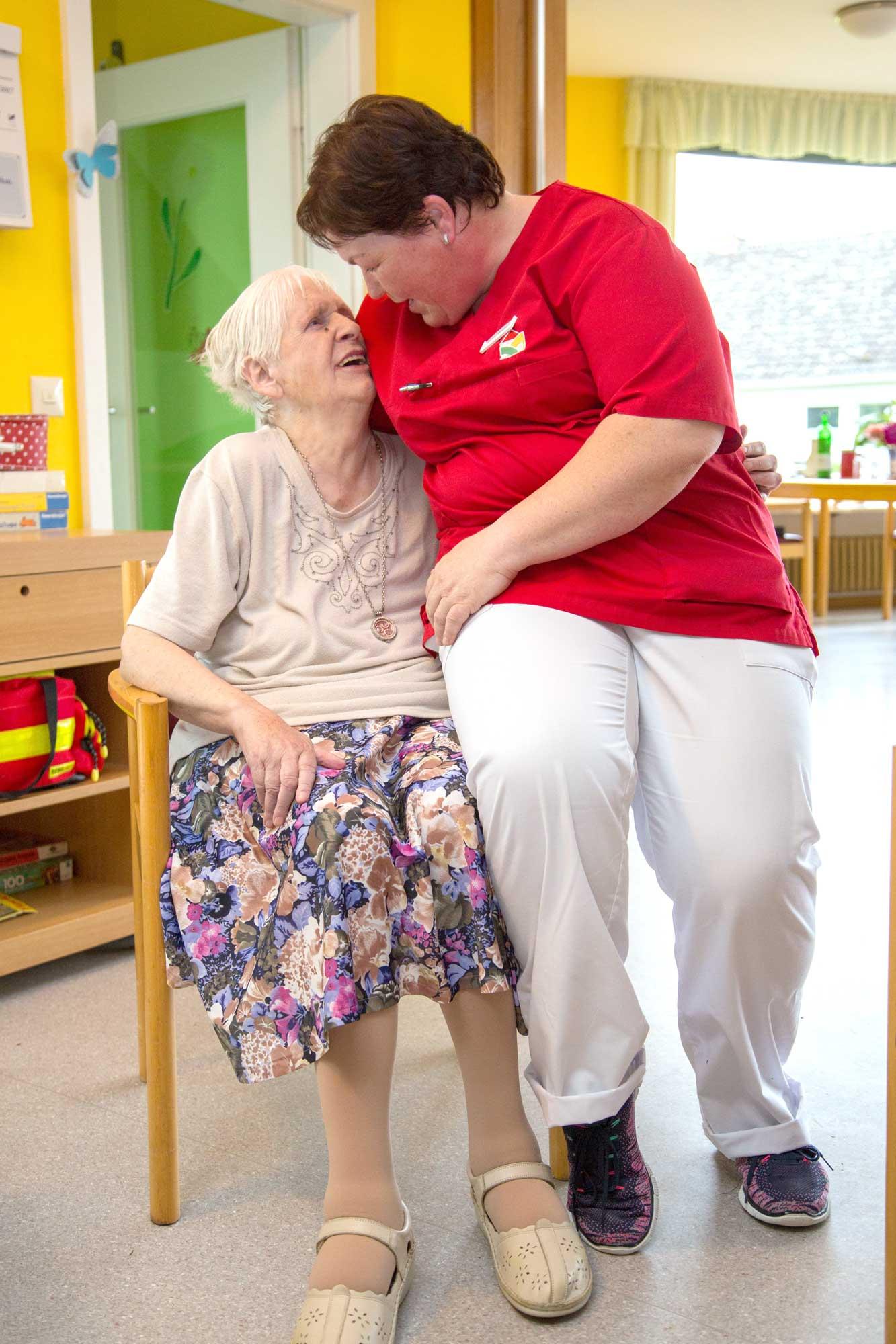 Gespräch zwischen Bewohnerin und Pflegerin