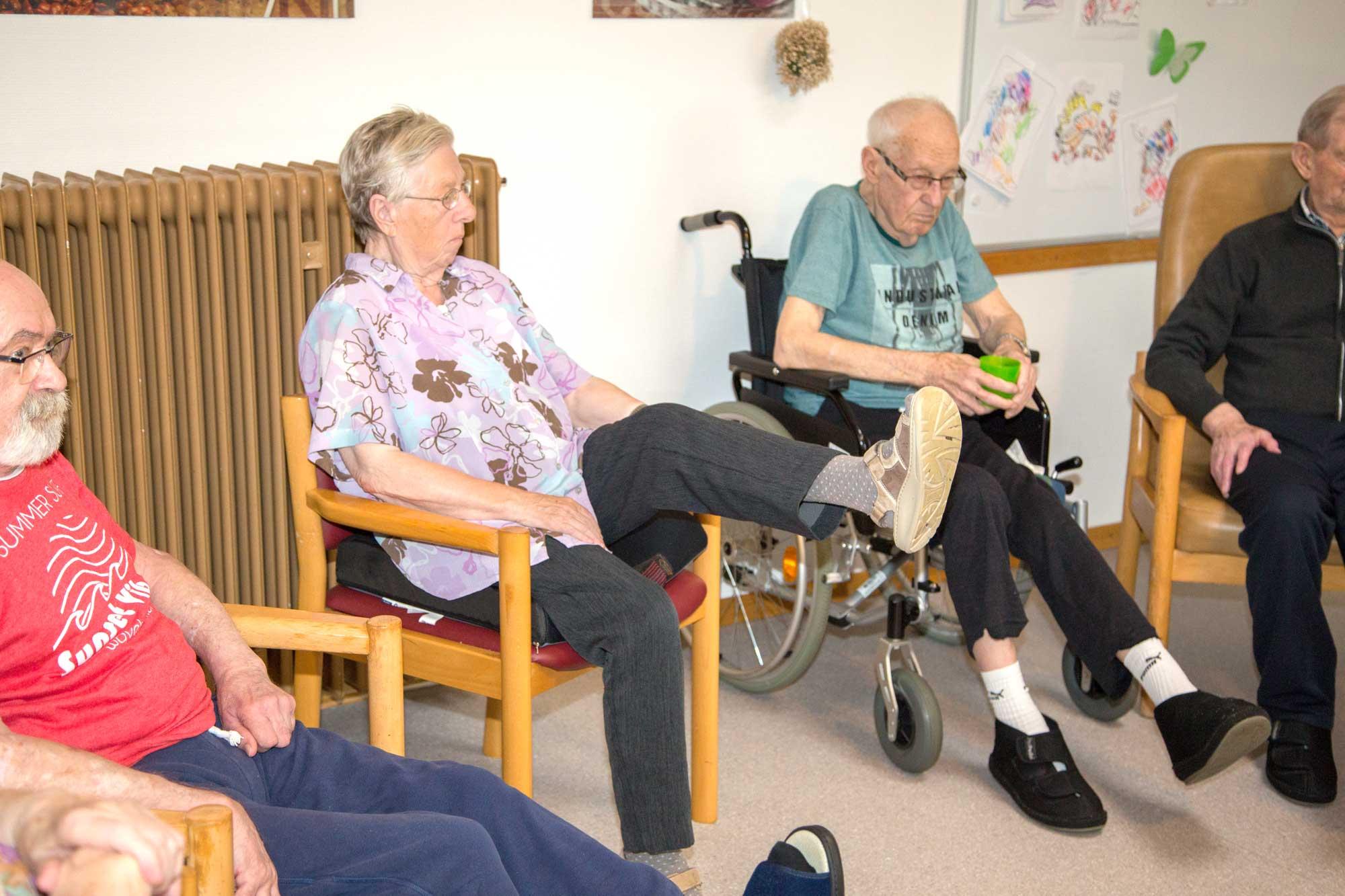 Gruppe von Bewohnern bei der Bewegungstherapie