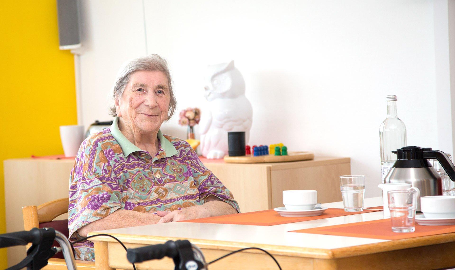 Seniorin am Tisch