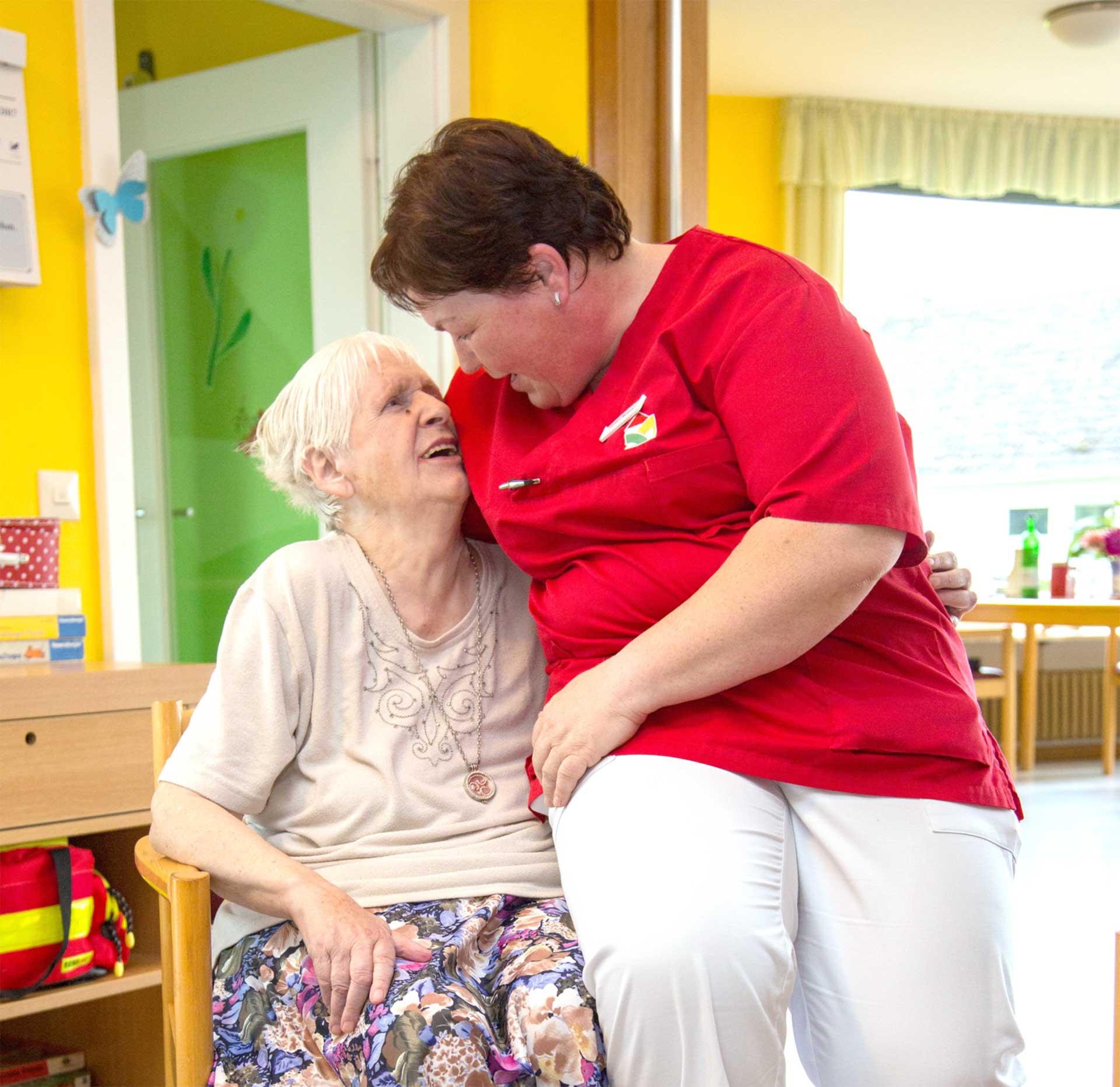 Gespräch zwischen Pflegerin und Bewohnerin