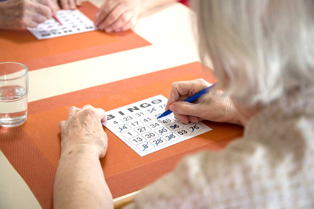 Seniorin beim Bingo